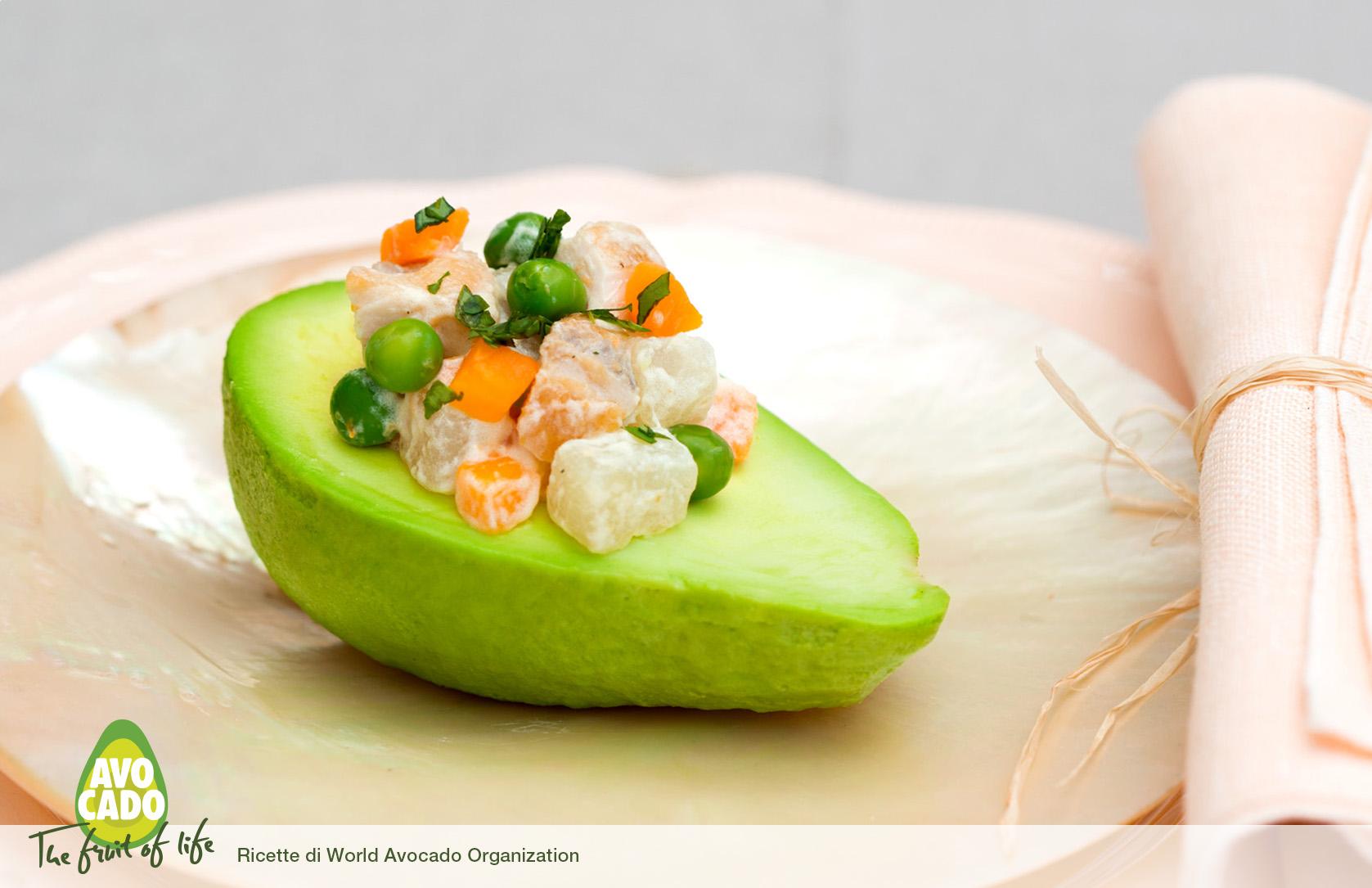 Barchetta di avocado con insalata di pollo