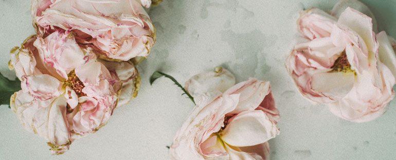 Riciclare fiori per creare carta nuova