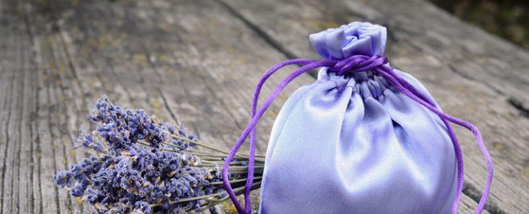 Preparare dei sacchetti profumati con i fiori